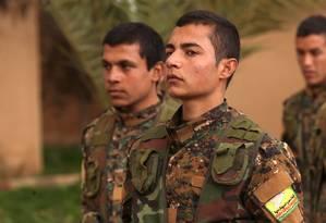 Soldados da coalizão árabe-curda Forças Democráticas da Síria, na província de Deir Ez-Zor, no Leste da Síria Foto: DELIL SOULEIMAN / AFP