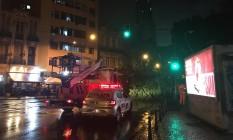 A forte chuva da noite deste domingo fez com que uma árvore caísse na Avenida Mem de Sá, no Centro do Rio Foto: Arthur Leal / Agência O Globo