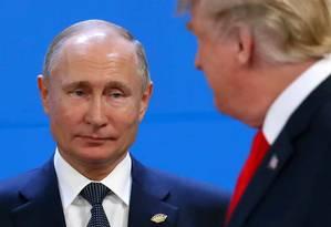 Presidente da Rússia, Vladimir Putin observa homólogo americano, Donald Trump, em cúpula do G20 Foto: Marcos Brindicci 30-11-2018 / REUTERS
