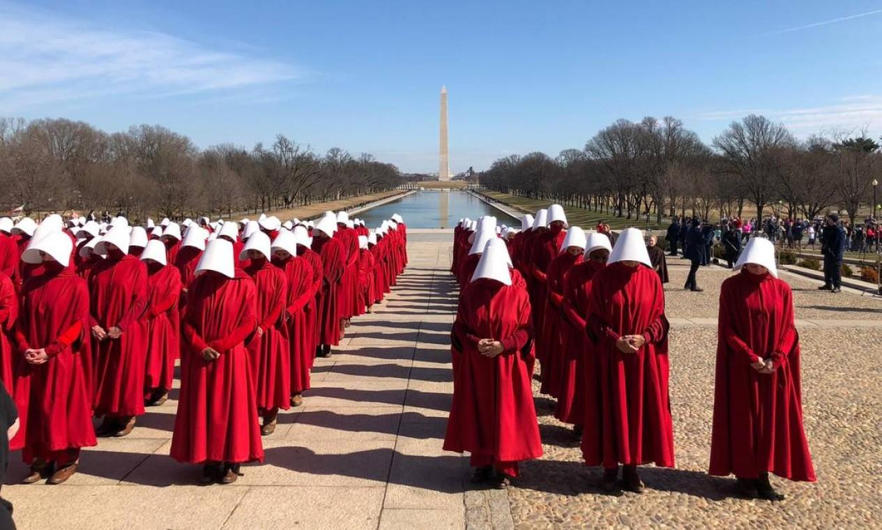 Neste fim de semana, turistas e moradores de Washington foram surpreendidos com um exército de aias em frente ao famoso obelisco da capital americana. Isso por causa das gravações da terceira temporada da série 'The handmaid's tale' Foto: James Cimino