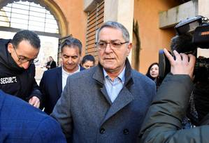 Piloto Jean Fauret, à direita, e copiloto Bruno Odos, ao centro, chegam a tribunal de Aix-En-Provence para julgamento do caso Air Cocaine Foto: GERARD JULIEN 18-02-2019 / AFP