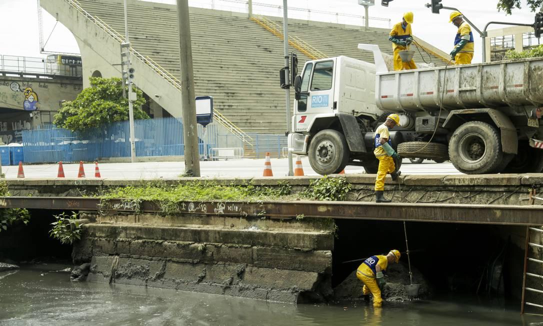 Funcionários da Secretaria municipal de Conservação realizou a limpeza do rio Papa-Couve, que passa sob a Marquês de Sapucaí, na manhã desta segunda-feira Foto: Gabriel de Paiva / Agência O Globo