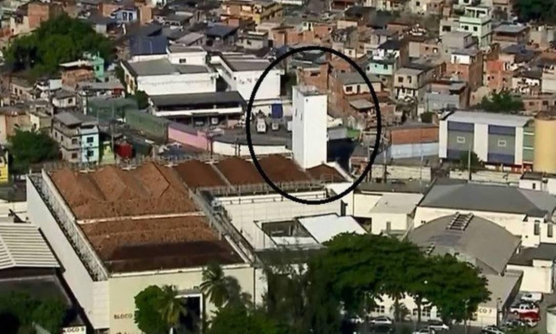 A torre da Cidade da Polícia, de onde disparos teriam sido efetuados Foto: Reprodução TV Globo