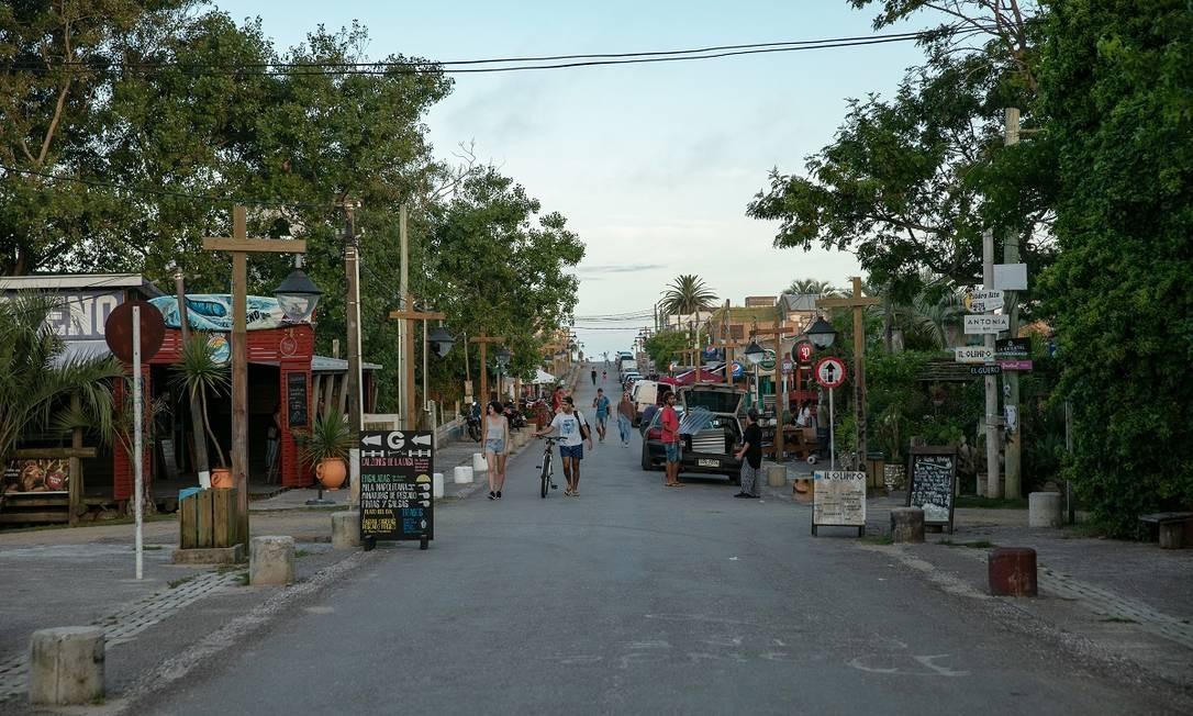 A rua principal de La Pedrera, no litoral uruguai: tranquilidade até na hora do rush Foto: Tali Kimelman / The New York Times