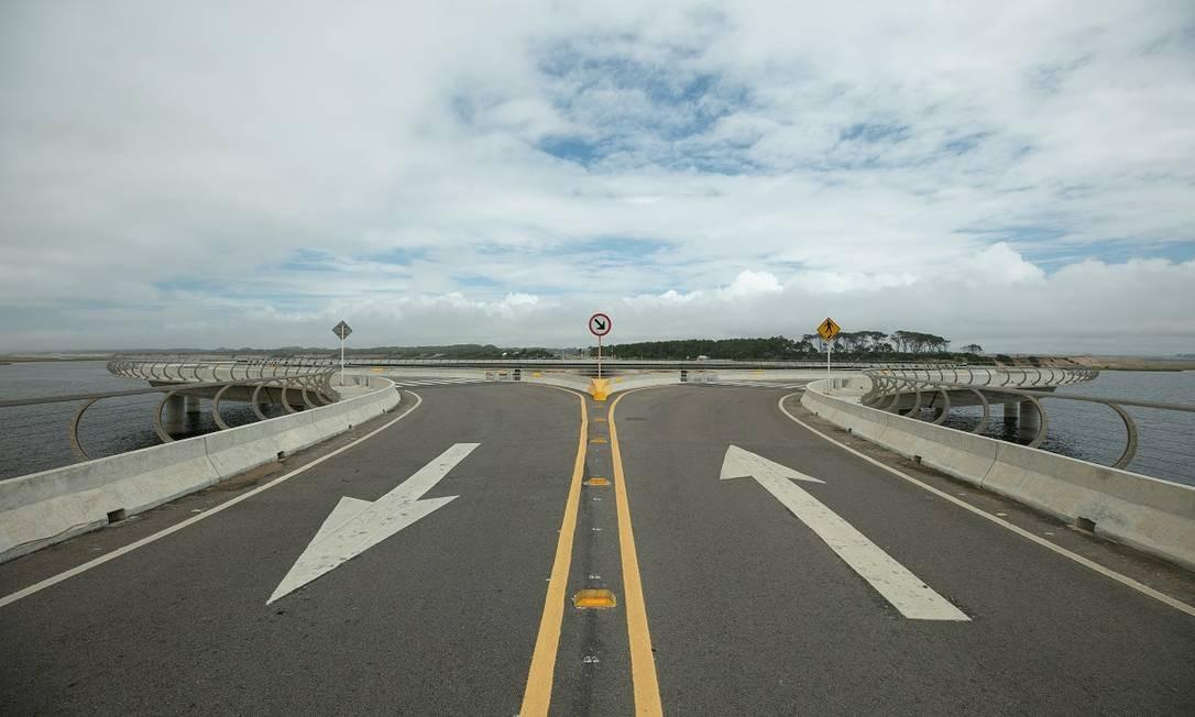 A Puente Laguna Garzon é uma ponte em forma de anel desenhada pelo arquiteto uruguaio Rafael Viñoly. Ela faz um círculo perfeito sobre a Lagoa Garzon Foto: Tali Kimelman / The New York Times