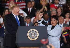 Donald Trump, ao lado da venezuelana Aminta Pérez, durante discurso na Flórida Foto: JOE RAEDLE / AFP
