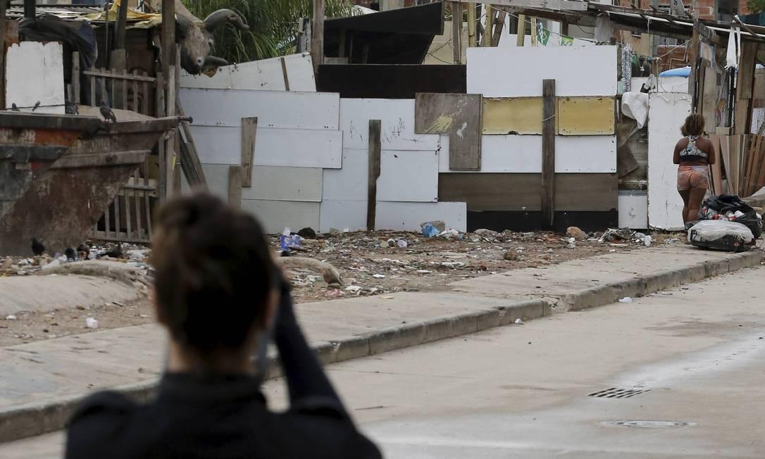 Perita da DH fotografa a torre da Cidade da Polícia, na região onde as mortes aconteceram Foto: Domingos Peixoto / Agência O Globo