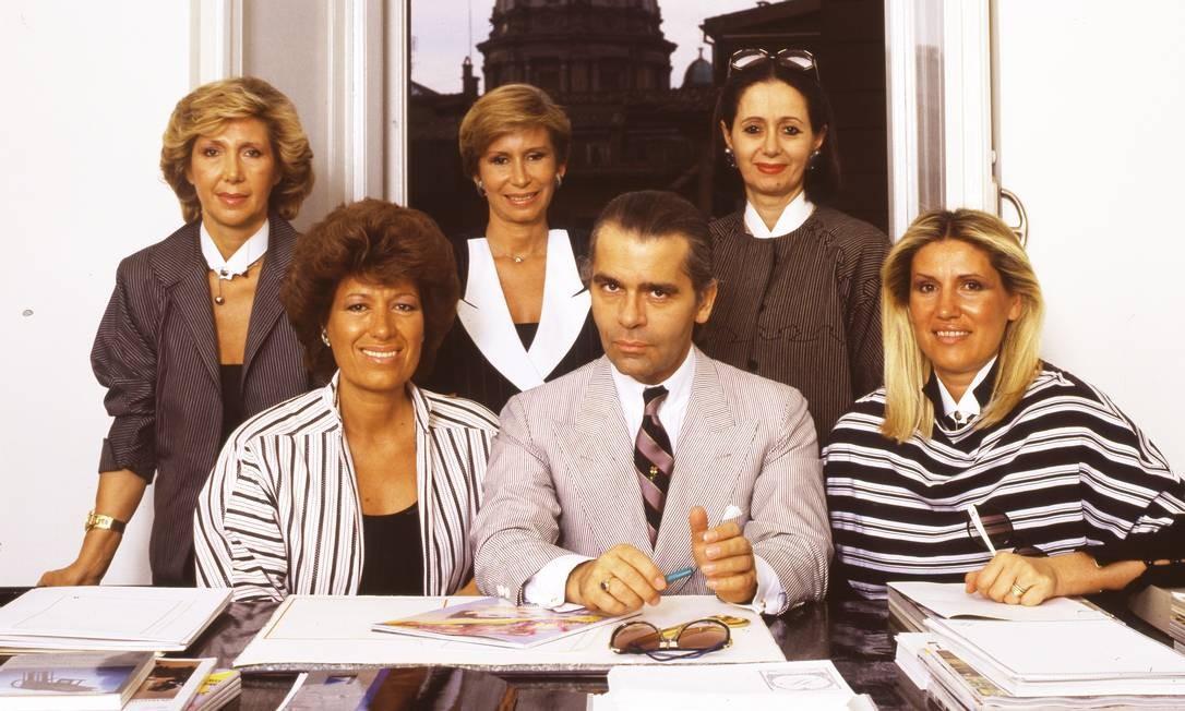 Na Fendi, ele esteve desde 1965. Na imagem, o alemão posa entre as irmãs Fendi: Carla (à esquerda) e Alda, com Franca, Anna e Paola atrás, em 1993 Foto: Vittoriano Rastelli / Corbis via Getty Images