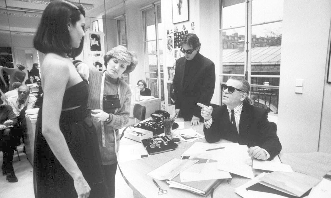 Karl Lagerfeld, morto aos 85 anos em 19 de fevereiro de 2019, foi um dos maiores nomes da moda do século XX. E um dos mais workaholic também. Aqui, um pouco do seu trabalho no ateliê da Chanel, grife que comandou desde 1983 Foto: Ian Cook / The LIFE Images Collection/Getty