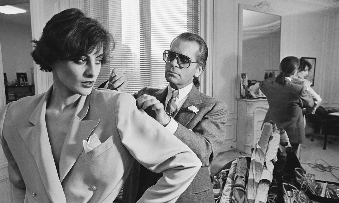 Antes de entrar na Chanel, Karl Lagerfeld foi estilista da Chloé. Aqui, no ateliê da marca com Ines de la Fressange Foto: Pierre VAUTHEY / Sygma via Getty Images