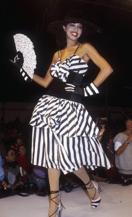 Uma das últimas criações de Lagerfeld para a Chloé, em desfile da temporada primavera-verão 1983 Foto: Pierre VAUTHEY / Sygma via Getty Images