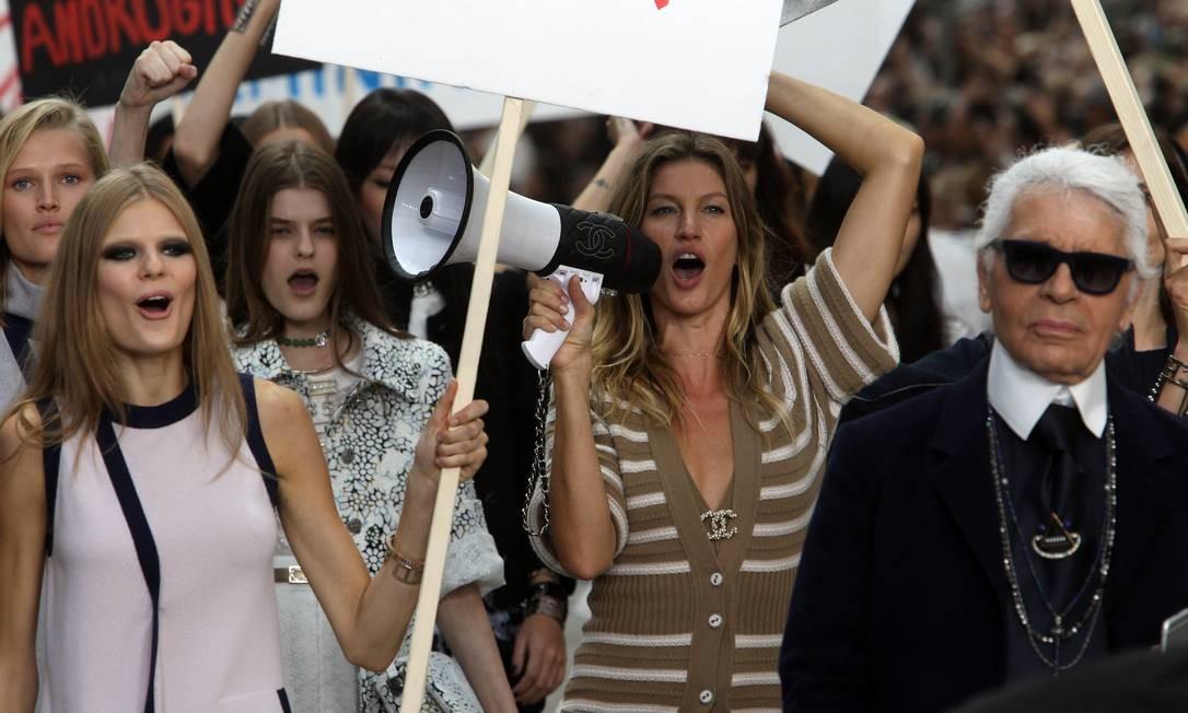 """Na temporada de primavera-verão 2015, Gisele Bündchen fez parte do """"protesto"""" armado pelo estilista na passarela do Grand Palais Foto: Antonio de Moraes Barros Filho / WireImage"""