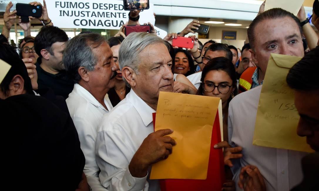 Presidente do México, Andrés Manuel López Obrador espera para embarcar em voo comercial, na Cidade do México Foto: ALFREDO ESTRELLA 15-02-2019 / AFP
