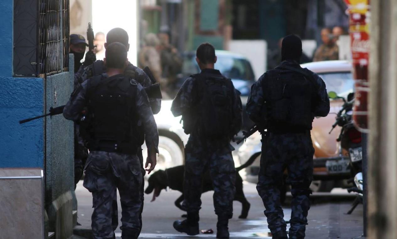 A operação é realizada também em conjunto com o Batalhão de Ações com Cães (BAC), o Batalhão de Polícia de Choque (BPChq) e o Grupamento Aeromóvel (GAM). Cinco pessoas foram presas. Também foram apreendidos 800 quilos de drogas Foto: Fabiano Rocha / Agência O Globo