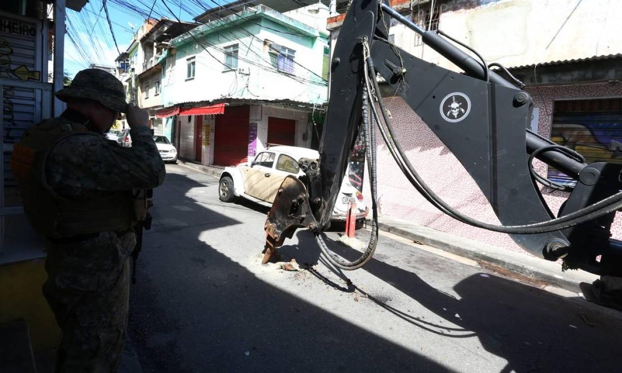 Homens do Bope utilizaram retroescavaderias para retirar barricadas colocadas por traficantes da localidade Foto: Fabiano Rocha / Agência O Globo