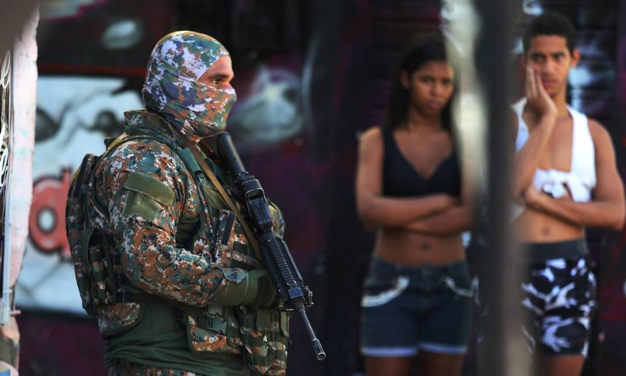 Policiais do Batalhão de Operações Especiais (Bope) realizam nesta terça-feira uma operação na Vila Cruzeiro, no Complexo da Penha, na Zona Norte do Rio. Foram registradas trocas de tiros logo que os policiais chegaram à comunidade Foto: Fabiano Rocha / Agência O Globo