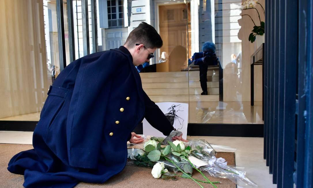 Ícone da moda, Karl Lagerfeld morreu nesta terça-feira, em Paris, aos 85 anos. Para homenagear o estilista alemão, fãs deixam flores na porta da Chanel, em Paris. O criador trabalhou na maison francesa por 36 anos Foto: LIONEL BONAVENTURE / AFP