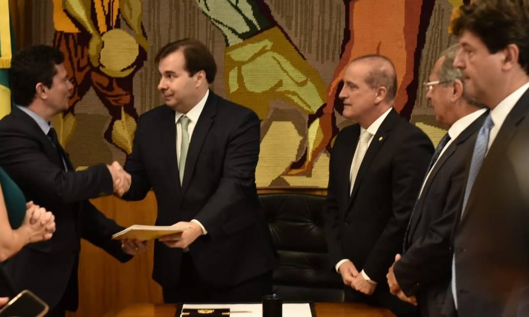 O ministro da Justiça, Sergio Moro, entrega ao presidenre da Câmara, Rodrigo Maia, o pacote anticrime Foto: Divulgação/Casa Civil