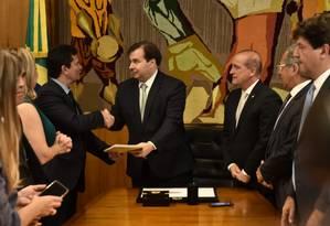 O ministro da Justiça, Sergio Moro, ao entregar ao presidenre da Câmara, Rodrigo Maia, o pacote anticrime em fevereiro Foto: Divulgação/Casa Civil