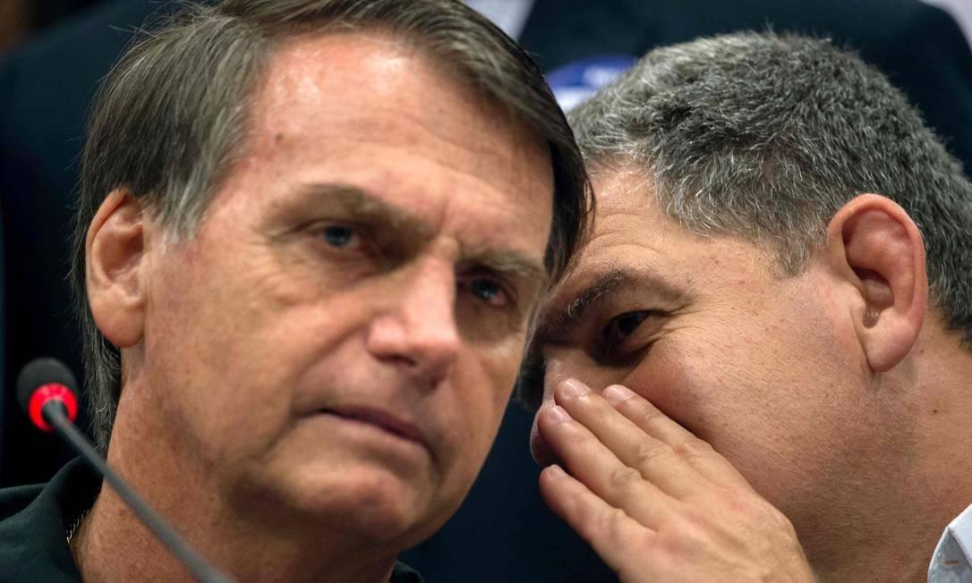 O presidente Jair Bolsonaro e o ex-ministro Gustavo Bebianno em outubro de 2018 Foto: MAURO PIMENTEL / AFP