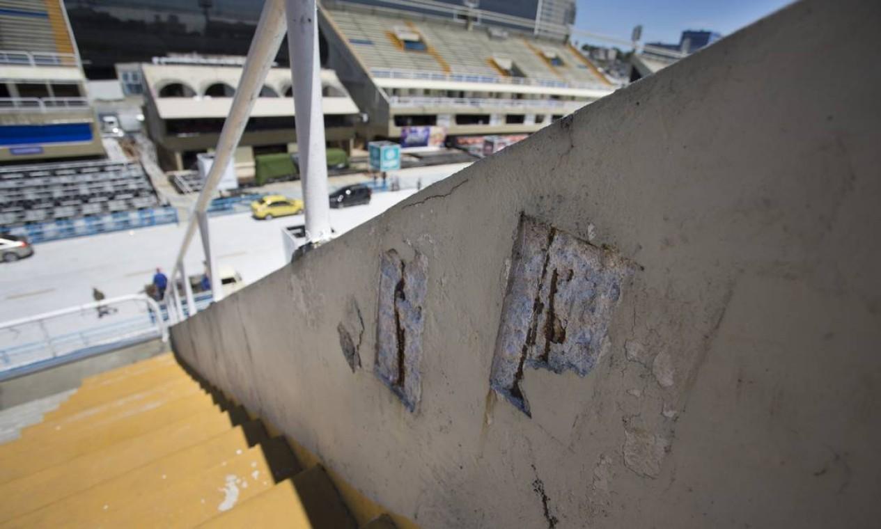Ferros aparentes na parede da arquibancada do setor 7 Foto: Márcia Foletto / Agência O Globo