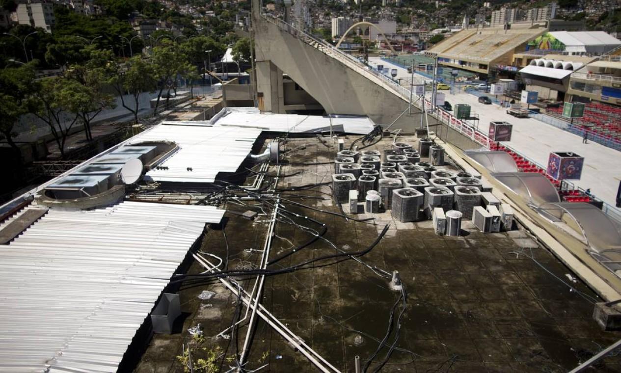 Instalações elétricas ficam expostas no setor 7. Em caso de chuva, o risco de choques se torna ainda maior Foto: Márcia Foletto / Agência O Globo