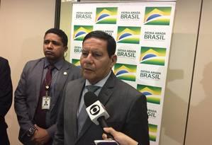 O vice-presidente Hamilton Mourão durante entrevista Foto: Daniel Gullino/Agência O Globo
