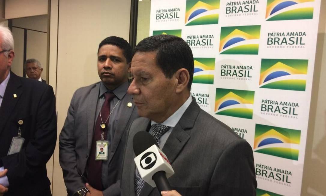 O vice-presidente Hamilton Mourão, durante entrevista Foto: Daniel Gullino/Agência O Globo