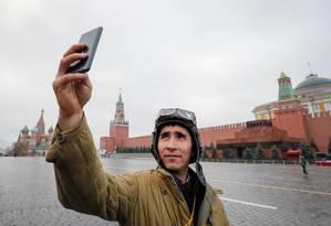 Membro do Exército russo tira selfie com uniforme histórico na Praça Vermelha, em Moscou Foto: Maxim Shemetov 05-11-2017 / REUTERS