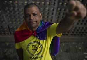 Carlos Alves, dirigente do Movimento Negro Unificado no estado do Rio, enrolado na bandeira LGBTI: 'Os nossos movimentos (negro e LGBTI) estão abraçados' Foto: GABRIEL MONTEIRO / Agência O Globo