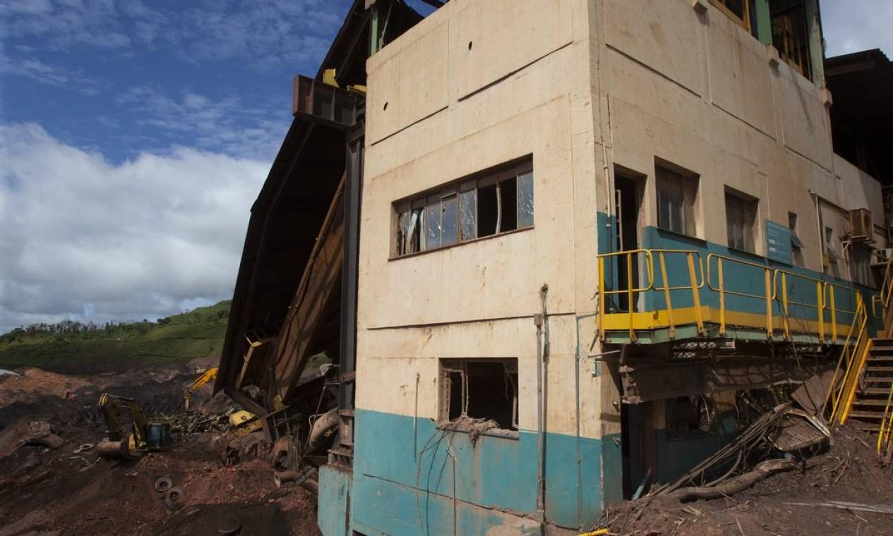 A estrutura da ITM foi a primeira da mina a ser atingida pelo rejeito do reservatório rompido; sobraram apenas concreto, aço e lama Foto: Alexandre Cassiano / Agência O Globo