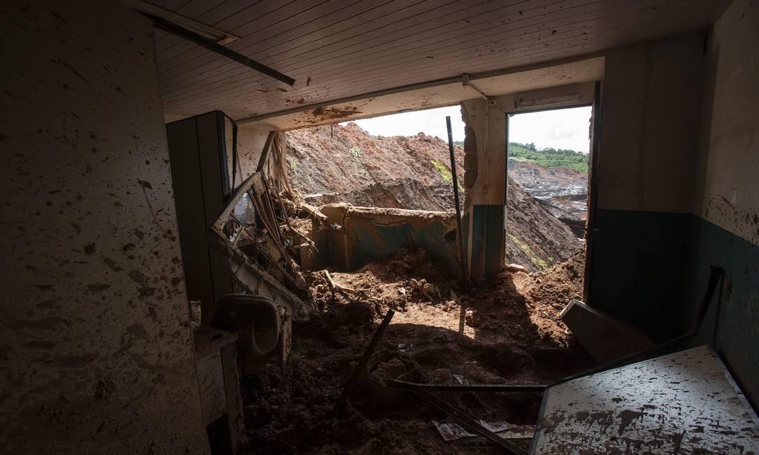 Destroços formam emaranhado de lama, rocha, concreto e corpos de vítimas que não conseguiram deixar a ITM a tempo de se salvarem Foto: Alexandre Cassiano / Agência O Globo