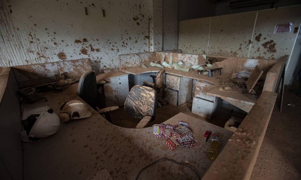 A lama cobriu mesas e cadeiras dos escritórios da ITM, assim como outros itens do mobiliário; chão e as paredes também não foram poupados Foto: Alexandre Cassiano / Agência O Globo