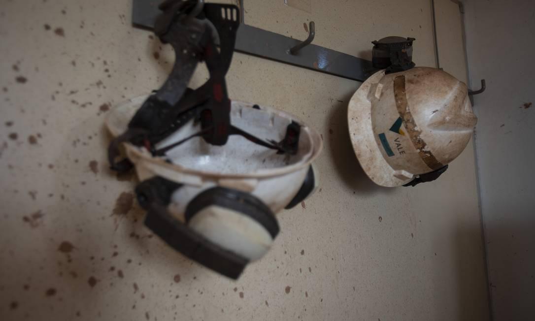 Capacetes estampados com a marca da Vale permaneceram pendurados nas paredes da ITM, que foi varrida pela lama da barragem administrada pela mineradora Foto: Alexandre Cassiano / Agência O Globo