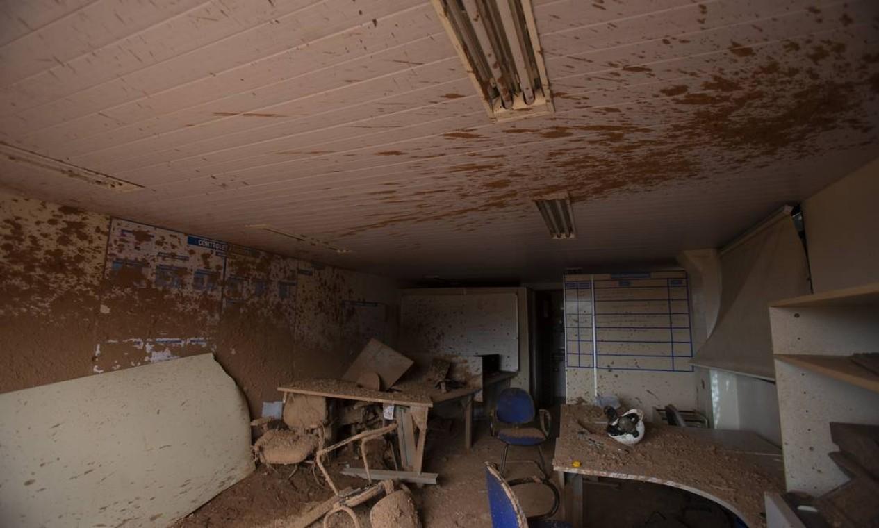 A lama que tomou conta do espaço atingiu até o teto e as lâmpadas de uma das salas da ITM Foto: Alexandre Cassiano / Agência O Globo