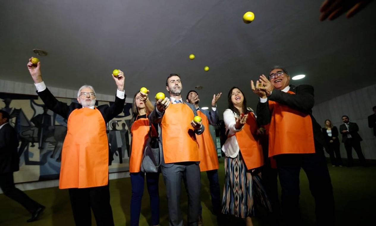 Ao chegar à Câmara para entregar a proposta de reforma da Previdência, Bolsonaro foi recebido sob protesto de parlamentares da oposição, que vestiam avental laranja e carregavam a fruta, em referência às denúncias sobre o uso de candidatos laranjas pelo PSL e ao Caso Queiroz, envolvendo o senador Flávio Bolsonaro Foto: Adriano Machado / Reuters