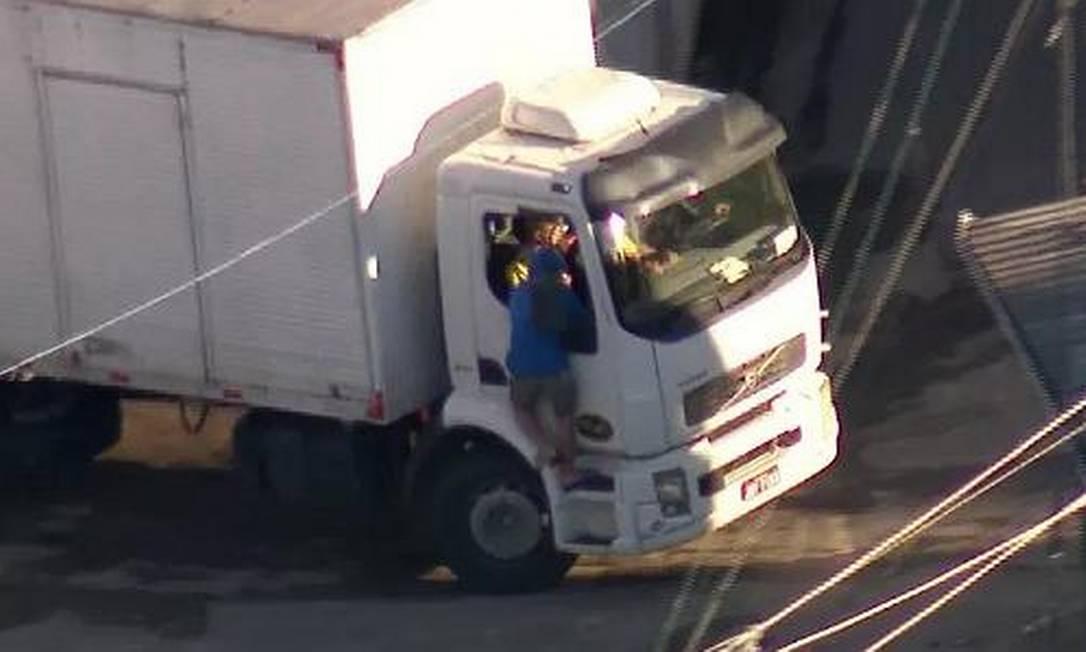 Ladrão é flagrado durante tentativa de assalto a caminhão na Zona Norte do Rio Foto: Reprodução TV Globo