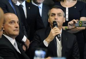 O ministro Onyx Lorenzoni (Casa Civil) ao lado do presidente Jair Bolsonaro durante a entrega da reforma da Previdência Foto: Luis Macedo / Agência Câmara
