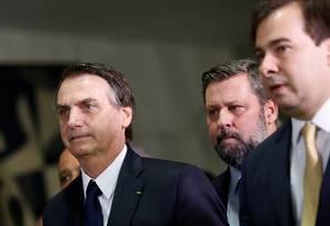 O presidente Jair Bolsonaro chega à Câmara dos Deputados para entregar a proposta de reforma da Previdência. A seu lado, à direita, está o presidente da Casa, Rodrigo Maia Foto: ADRIANO MACHADO / REUTERS