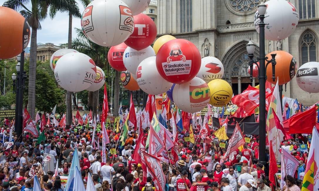 Ato das centrais sindicais contra a reforma da previdencia na Praça da Sé Foto: Edilson Dantas / Agência O Globo