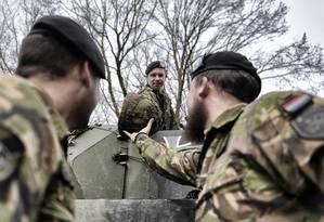 Soldados se preparam para exercícios de batalhão que reúne tropas de Alemanha e Holanda, no que é considerado um teste para um possível exército europeu Foto: LAETITIA VANCON / NYT