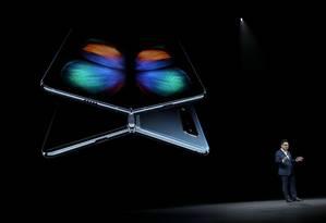O diretor executivo da Samsung, DJ Koh, considera o Galaxy Fold um marco na indústria de smartphones Foto: JUSTIN SULLIVAN / AFP
