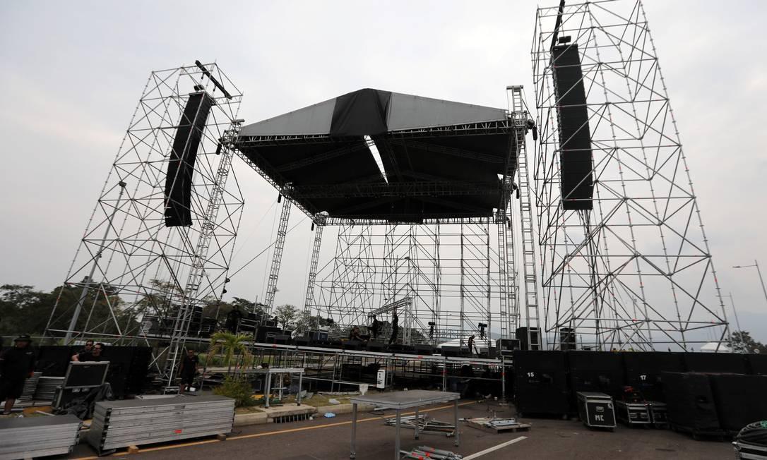 """Trabalhadores montam estrutura para o palco em que será realizado, no próximo sábado, o concerto """"Venezuela Aid Live"""", na ponte de Tienditas Foto: LUISA GONZALEZ / REUTERS"""
