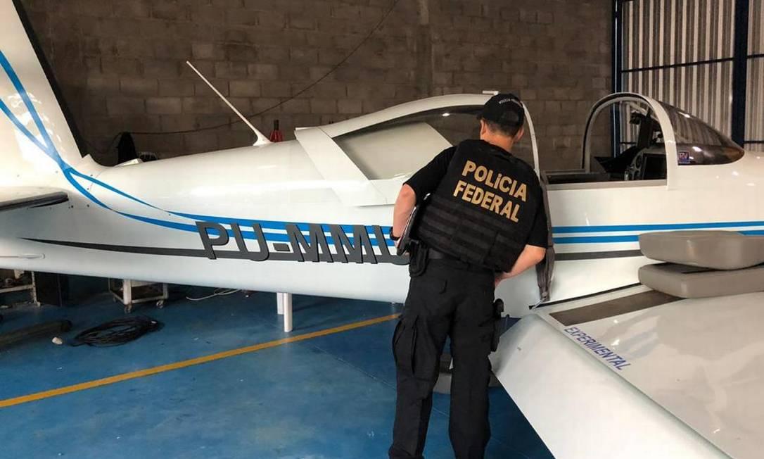 Policial federal vistoria uma das aeronaves que seria utilizada para transportar cocaína para Estados Unidos e Europa Foto: Divulgação/PF