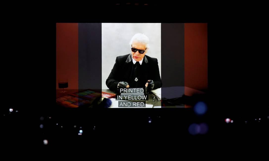 A Fendi mostrou na manhã desta quinta-feira, em Milão, a última coleção criada por Karl Lagerfeld, seu colaborador desde 1965. O estilista, que também pilotava a Chanel, morreu na terça-feira. No fim do desfile, a imagem Lagerfeld apareceu num telão na passarela Foto: ALESSANDRO GAROFALO / REUTERS