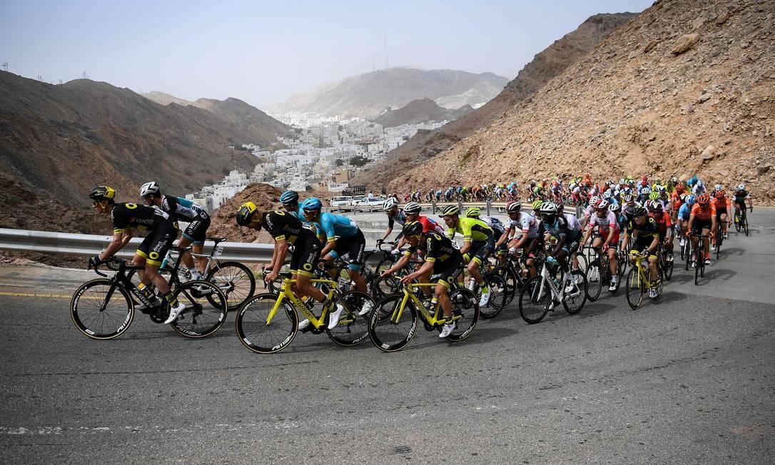 Ciclistas na subida de Al Hamriyah durante a sexta e última etapa da turnê de ciclismo de Omã, entre Al Mouj Muscat e Matrah Corniche Foto: ANNE-CHRISTINE POUJOULAT / AFP