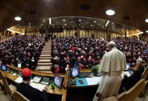 O papa Francisco (de pé) fala aos 190 cardeais e bispos do mundo todo reunidos no Vaticano para cúpula da Igreja contra o abuso sexual de menores Foto: HANDOUT / AFP
