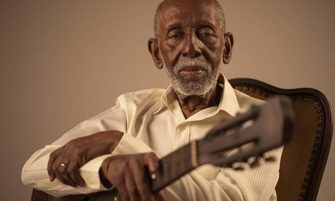 Nelson Sargento e o violão, que o acompanhou por mais de 50 anos Foto: Gabriel Monteiro / Agência O Globo