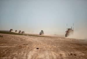 Veículos da coalizão militar apoiada pelos EUA na Síria percorrem estrada na região de Deir Ezzor, no Norte do país: preocupação com destino de aliados curdos Foto: AFP/BULENT KILIC