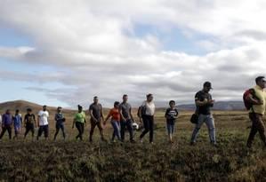 Pessoas atravessam a fronteira do Brasil com a Venezuela por rota alternativa Foto: RICARDO MORAES / REUTERS
